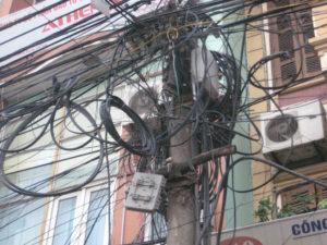 gambar 1 kabel semrawut