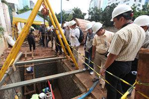 gambar 7 penanaman kabel bawah tanah oleh PLN